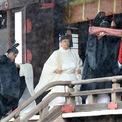 <p> Lễ đăng cơ của Nhật hoàng Naruhito hôm 22/10 bắt đầu với nghi lễ bái tổ tiên tại khu thờ tự trong hoàng cung ở Tokyo, bao gồm đền Kashikodokoto, nơi thờ nữ thần mặt trời Amaterasu, theo <em>Kyodo</em>. Truyền thuyết Nhật Bản nói rằng hoàng tộc là hậu duệ trực tiếp của nữ thần.</p>