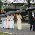 <p> Thái tử Akishino, Thái tử phi Kiko, hai con gái của họ cùng các thành viên khác của hoàng gia tiến về nơi làm lễ dưới trời mưa.</p>