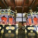 """<p> Sau nghi lễ cáo báo tổ tiên, Nhật hoàng và hoàng hậu sẽ tiến về nơi thực hiện nghi lễ """"Sokuirei Seiden no gi"""" lúc 13h. Tại đây, Nhật hoàng sẽ ngồi ở ngai Takamikura (bên trái) và có bài phát biểu trước quan khách, trong khi hoàng hậu sẽ ngồi ở ngai Michodai thấp hơn kế bên.</p>"""