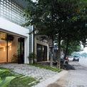 <p> Mặt tiền hẹp giống các ngôi nhà lân cận - đặc trưng của hầu hết các mảnh đất đô thị ở Việt Nam. Mặt trước làm liên tưởng đến những công trình nhà ở dài và hẹp.</p>