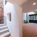 """<p class=""""Normal""""> Nhà gồm 2 cầu thang, cầu thang ở mặt trước và ở khu biệt thự phía sau. Ở mặt trước, cầu thang có hình xoắn ốc dẫn lên phòng làm việc và sân thượng.</p>"""