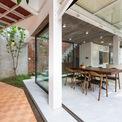 <p> Khối biệt thự được thiết kế sang trọng với nhiều bức tường kính, tạo cảm giác hiện đại, thoáng đãng.</p>