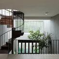<p> Cầu thang hình xoắn ốc giúp tiết kiệm diện tích.</p>
