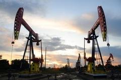 Tồn kho tại Mỹ bất ngờ giảm, giá dầu tăng 2,5%