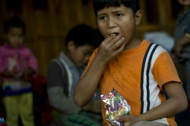 Căn bệnh suy dinh dưỡng mà nhiều trẻ em đang phải đối mặt hiện tại là hệ quả của tình trạng mức sống thấp trong quá khứ. Ảnh: AFP.