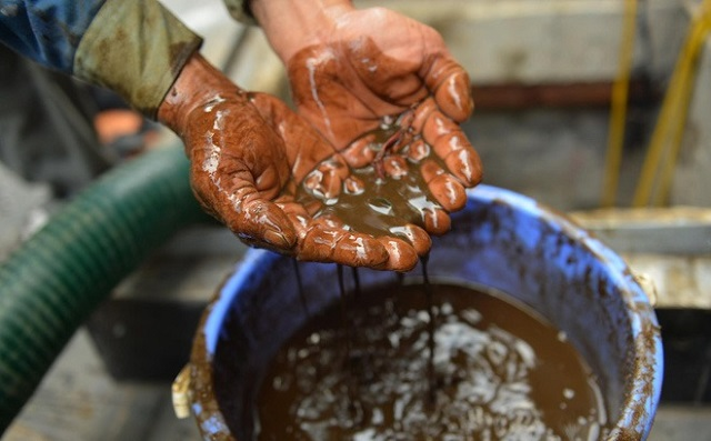 Nước cặn, lắng đọng ở đáy bể đặc quánh, bốc mùi khó chịu. Ảnh: Trí Thức Trẻ.
