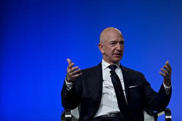 Jeff Bezos 'trả lại' vị trí giàu nhất thế giới cho Bill Gates