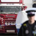 """<p class=""""Normal""""> Chiếc xe tải bị phát hiện chứa 39 thi thể, gồm 38 người trưởng thành và một trẻ vị thành niên tại Grays, Anh vào ngày 23/10. Thùng chứa nơi 39 nạn nhân được phát hiện là một thùng xe đông lạnh với nhiệt độ xuống tới -25 độ C.<br /><br /><span>Ngày 25/10, một số nguồn thông tin cho biết có thể có công dân Việt Nam nằm trong số các nạn nhân tử vong. Trong đó, ông Phạm Văn Thìn, sống ở thị trấn Nghèn, huyện Can Lộc, Hà Tĩnh, có đơn gửi lên UBND thị trấn nói con gái ông, Phạm Thị Trà My, có thể là một trong các nạn nhân.</span></p> <p class=""""Normal""""> <span>Liên quan tới thông tin có thể có người Việt Nam trong số các nạn nhân, Thủ tướng Nguyễn Xuân Phúc yêu cầu các cơ quan liên quan xác minh, làm rõ. Đại sứ Việt Nam tại Anh đã điện đàm với Bộ trưởng Nội vụ Anh và có buổi làm việc với đại diện Cơ quan Phòng chống Tội phạm của Anh và cảnh sát điều tra hạt Essex về vụ việc này. Ảnh: </span><em>Getty Images.</em></p>"""