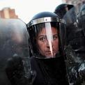 """<p class=""""Normal""""> Một nữ cảnh sát trong chiến dịch đàn áp làn sóng biểu tình tại La Paz, Bolivia vào ngày 22/10. Bạo lực đã nổ ra tại nhiều thành phố của Bolivia vào tối ngày 21/10 sau khi ứng cử viên của phe đối lập chính, cựu Tổng thống Carlos Mesa, cho rằng đã có """"sự gian lận"""" và bác bỏ kết quả bầu cử vừa qua tại nước này. Kết quả kiểm phiếu chính thức một phần của Tòa án Bầu cử Tối cao Bolivia (TSE) cho thấy đương kim Tổng thống Evo Morales đã tái đắc cử nhiệm kỳ thứ 4 sau khi giành được 46,86% số phiếu ủng hộ, so với 36,73% của ông Carlos Mesa.<br /><br /><span>Trong bối cảnh làn sóng biểu tình có dấu hiệu leo thang, Tổng thống Morales ngày 23/10 đã ban bố tình trạng khẩn cấp để """"bảo vệ nền dân chủ"""" tại Bolivia. Ảnh: </span><em>Reuters</em><span>.</span></p>"""