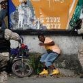"""<p class=""""Normal""""> Cảnh sát bắt giữ một người dân tham gia chiến dịch biểu tình chống chính phủ tại Petion Ville, Port-au-Prince, Haiti vào ngày 20/10. Người dân Haiti yêu cầu Tổng thống Jovenel Moïse từ chức. Họ đổ lỗi cho ông đã gây ra tình trạng thiếu hụt nhiên liệu và lạm phát trở nên tồi tệ - khi mà chi phí sinh hoạt tăng cao, dẫn đến giá trị đồng tiền giảm.<br /><br /><span>Tuy nhiên, tổng thống đã từ chối những lời kêu gọi ông từ chức, nói rằng ông sẽ không để đất nước rơi vào """"tay của các băng đảng vũ trang và những kẻ buôn bán ma túy"""". Ảnh: </span><em>Reuters</em><span>.</span></p>"""