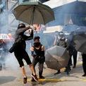 """<p class=""""Normal""""> Những người biểu tình ném đạn hơi cay vào cảnh sát tại Hong Kong vào ngày 20/10. Biểu tình tại đây diễn ra từ giữa tháng 6 để phản đối dự thảo luật dẫn độ. Trưởng đặc khu hành chính Hong Kong Carrie Lam hồi đầu tháng 9 tuyên bố rút hoàn toàn dự luật, song người biểu tình vẫn tiếp tục xuống đường.<br /><br /><span>Tuy nhiên, một số nguồn tin nước ngoài cho biết Trung Quốc có kế hoạch thay thế lãnh đạo Hong Kong Carrie Lam bằng một trưởng đặc khu lâm thời. Nếu kế hoạch tiến hành, người kế nhiệm bà Lam sẽ được bổ nhiệm vào tháng 3 và làm nốt phần còn lại nhiệm kỳ của bà, vốn sẽ kết thúc vào năm 2022, </span><em>Financial Times</em><span> cho biết. Ảnh: </span><em>Reuters</em><span>.</span></p>"""