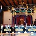 """<p class=""""Normal""""> Thủ tướng Nhật Bản Shinzo Abe giơ tay và hô to """"Vạn tuế"""" vào ngày 22/10, thời điểm Nhật hoàng Naruhito chính thức đăng quang, trở thành hoàng đế Nhật Bản đầu tiên được sinh ra sau Thế chiến II. Lễ đăng quang được tổ chức tại Cung điện Hoàng gia.<br /><br /><span>Trong bài diễn văn của mình, tân nhật hoàng tuyên thệ: """"Tôi cam kết sẽ hành động theo hiến pháp và hoàn thành trách nhiệm của mình với tư cách là biểu tượng của đất nước và đoàn kết người dân Nhật Bản"""". Nhật hoàng cũng nói rằng ông luôn mong muốn """"hạnh phúc cho người dân và hòa bình cho thế giới, hướng suy nghĩ đến người dân và sát cánh bên họ"""". Ảnh: </span><em>Reuters</em><span>.</span></p>"""