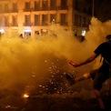 """<p class=""""Normal""""> Người biểu tình đá đạn hơi cay vào lực lượng cảnh sát tại Barcelona, Tây Ban Nha vào ngày 18/10. Biểu tình nổ ra sau khi 9 chính trị gia ly khai ở Tây Ban Nha bị kết án tù vì tội xúi giục cuộc trưng cầu dân ý bất hợp pháp vào năm 2017. Đến ngày 20/10, ngày thứ bảy của cuộc biểu tình, người biểu tình ngồi trước trụ sở cảnh sát quốc gia Tây Ban Nha và bật đèn pin trên điện thoại.<br /><br /><span>Quyền thủ tướng Tây Ban Nha Pedro Sánchez cảnh báo những người gây rối sẽ phải đối mặt với công lý. Ảnh: </span><em>Reuters</em><span>.</span></p>"""