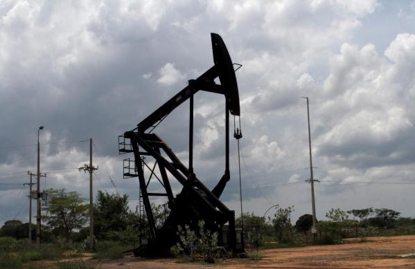 Giá dầu trái chiều trước thông tin về tồn kho, chiến tranh thương mại