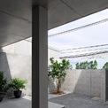 <p> Giải pháp nhóm thiết kế đưa ra là bố trí khoảng sân trước và sau cho ngôi nhà nhằm giúp không khí lưu thông dễ dàng.</p>