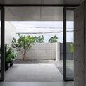 <p> Chủ nhà và kiến trúc sư thống nhất nới rộng mái hiên phía trước ra 2,4 mét để giảm thiểu ánh nắng chiếu trực tiếp vào lớp cửa kính. </p>