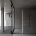 <p> Những bức tường bê tông với gam màu lạnh được sử dụng xuyên suốt.</p>