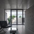<p> Ngôi nhà một tầng ở Thanh Trì, Hà Nội là nơi ở của một gia đình 3 thành viên. Với điều kiện khí hậu nhiệt đới gió mùa tại địa phương, kiến trúc sư xác định yếu tố thoáng mát là yêu cầu quan trọng hàng đầu.</p>