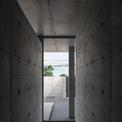 <p> 2 bức tường song song ngăn cách phòng khách, phòng bếp và phòng ngủ.</p>