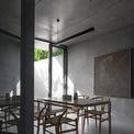 <p> Toàn bộ ngôi nhà được thiết kế và bài trí theo phong cách tối giản.</p>