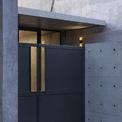 <p> Sau cánh cổng và bức tường cao, ngôi nhà như tách hẳn với không gian bên ngoài.</p>