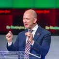 """<p class=""""Normal""""> <strong>1.<span> </span>Jeff Bezos</strong></p> <p class=""""Normal""""> Tài sản tính đến ngày 30/10: 110 tỷ USD</p> <p class=""""Normal""""> Tăng/giảm so với đầu năm: -14,9 tỷ USD</p> <p class=""""Normal""""> Dù tài sản giảm gần 15 tỷ USD so với đầu năm, ông chủ Amazon vẫn là người giàu nhất thế giới. Jeff Bezos và Mackenzie tuyên bố ly hôn hồi đầu năm. Sau khi chia tay, Bezos phải chia cho vợ cũ một phần cổ phiếu tại Amazon trị giá khoảng 38 tỷ USD. (Ảnh: <em>Reuters</em>)</p>"""