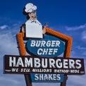 """<p> Burger Chef, một đối thủ cạnh tranh của McDonald's từng mở rộng rất nhanh với hàng nghìn cửa hàng trên khắp nước Mỹ. Hệ thống này cũng là chuỗi nhà hàng đầu tiên cung cấp các bữa ăn cho trẻ em kèm theo những món đồ chơi nhỏ, trước khi McDonald's triển khai chương trình """"Bữa ăn vui vẻ"""". Burger Chef bán lại cho Hardee's vào năm 1981. (Ảnh: <em>Wikimedia Commons</em>)</p>"""