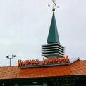 <p> Chuỗi khách sạn và nhà hàng của Howard Johnson bắt đầu kinh doanh từ những năm 1920. Đến thập niên 1960, Howard Johnson đã có hàng nghìn địa điểm. Sau khi các khách sạn được bán đi, các nhà hàng vật lộn với nhiều khó khăn. Cửa hàng cuối cùng đóng cửa vào năm 2017. (Ảnh: <em>Wikimedia Commons</em>)</p>
