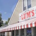 <p> Chuỗi hot dog (bánh mì kẹp xúc xích) của Lum từng có hơn 400 địa điểm và thành công đến mức những người sáng lập chuỗi đã mua Caesar's Palace ở Las Vegas vào năm 1969. Lum tuyên bố phá sản vào năm 1982. (Ảnh: <em>Youtube</em>)</p>