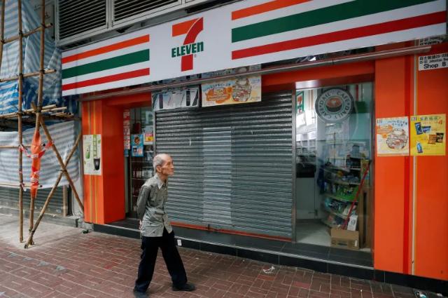 Một số cửa hàng ở Hong Kong buộc phải đóng cửa sớm hoặc nghỉ bán cả ngày nhiều lần trong vài tháng qua. Ảnh: CBC.