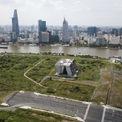 <p> Trung tâm Triển lãm quy hoạch TP HCM có diện tích 18.000 m2, được xây dựng tại khu đất giữa tuyến đường Ven sông Sài Gòn và đường chính R1 (đại lộ Vòng Cung) trong Khu đô thị mới Thủ Thiêm, quận 2.</p>