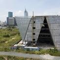 <p> Công trình cao 5 tầng, tổng mức đầu tư khoảng 800 tỷ đồng, được khởi công xây dựng từ năm 2014. Tòa nhà tọa lạc bên bờ sông Sài Gòn này có chức năng phục vụ trưng bày, triển lãm quy hoạch kiến trúc của thành phố, tổ chức sự kiện chuyên ngành, nơi giao lưu của giới chuyên môn, người dân và du khách. Theo thiết kế, trung tâm triển lãm có kiến trúc hai khối đặt nghiêng, chụm vào nhau, khối thép tạo thành hình tam giác.</p>