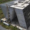 <p> Hiện tại, toàn bộ công trình là những khối bê tông gắn khung sắt vẫn đang ngổn ngang, chưa có dấu hiệu thi công trở lại, đồng thời vẫn chưa có thời gian hoàn thành.</p>