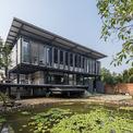 """<p class=""""Normal""""> Sau nhiều năm sống và làm việc tại trung tâm Sài Gòn, hoạ sĩ Đỗ Hoàng Tường muốn chuyển đến ngoại ô Sài Gòn để có không gian sống trong lành và không gian sáng tạo nghệ thuật. Nơi ông chọn là mảnh đất rộng và yên bình.</p>"""