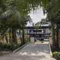 <p> Nhà được ngăn cách với con đường rợp bóng cây bằng dòng kênh nhỏ.</p>