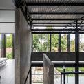 <p> Hệ thống cửa sổ bằng sắt sơn đen ở tầng hai vừa có chức năng kiểm soát ánh sáng vào bên trong, vừa tạo ra nét độc đáo cho ngôi nhà.</p>