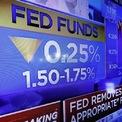"""<p class=""""Normal""""> Ảnh chụp màn hình bản tin tại Sở giao dịch Chứng khoán New York vào ngày 30/10<span>cho biết Cục Dự trữ liên bang Mỹ (Fed) đã hạ lãi suất 0,25% xuống 1,5 - 1,75%.</span><span>Lần thứ 3 liên tiếp Fed hạ lãi suất trong năm nay. Hai lần nới lỏng chính sách trước đó là vào tháng 7 và tháng 9.</span></p> <p class=""""Normal""""> <span>Chủ tịch Fed Jerome Powell đánh tín hiệu rằng """"sự điều chỉnh giữa chu kỳ"""" mà ông nhắc đến suốt 5 tháng qua sắp kết thúc. Fed sẽ cần phải chứng kiến lạm phát """"tăng đáng kể"""" trước khi bắt đầu tăng lãi suất. Ảnh: </span><em>AP</em><span>.</span></p>"""