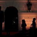 <p> Tổng thống Mỹ Donald Trump cầm giỏ kẹo để phát cho trẻ em trước lễ Halloween tại Nhà Trắng vào ngày 28/10. Ảnh: <em>Reuters</em>.</p>