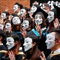 """<p class=""""Normal""""> Sinh viên Đại học Bách Khoa Hong Kong đeo mặt nạ Guy Fawkes trong buổi chụp hình tốt nghiệp vào ngày 30/10, nhằm ủng hộ làn sóng biểu tình chống chính quyền. Biểu tình phản đối chính quyền Hong Kong đã bước sang tuần lễ thứ 22 với lo ngại các quyền tự do của Hong Kong bị can thiệp và đòi các yêu sách khác.<br /><br /><span>Số liệu sơ bộ do chính quyền Hong Kong công bố giữa tuần này cho thấy đặc khu lần đầu rơi vào suy thoái kỷ lục kể từ cuộc khủng hoảng tài chính toàn cầu năm 2008. Cụ thể, tăng trưởng GDP hàng quý của Hong Kong giảm 3,2% trong quý III sau khi giảm 0,5% trong quý trước đó. Ảnh: </span><em>Reuters</em><span>.</span></p>"""