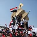 """<p class=""""Normal""""> Sinh viên đại học vẫy cao cờ Iraq trong buổi biểu tình chống chính phủ tại Kerbala, Iraq vào ngày 28/10. Những cuộc biểu tình chống chính phủ bùng nổ kể từ ngày 1/10 nhằm phản đối tình trạng tham nhũng tràn lan và tỷ lệ thất nghiệp gia tăng. Chính phủ nhiều lần cam kết cải tổ, bao gồm tiến hành bầu cử sớm, nhưng không thể xoa dịu bức xúc của người dân. Những người biểu tình, cố thủ ở quảng trường Tahrir suốt tuần qua khẳng định họ không chấp nhận """"cải tổ giả mạo"""". Ảnh: <em>Reuters</em>.</p>"""