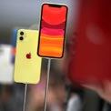 """<p class=""""Normal""""> <strong>2.<span> </span>iPhone 11</strong></p> <p class=""""Normal""""> Giá khởi điểm: 700 USD</p> <p class=""""Normal""""> <strong>Điểm cộng</strong>: Trang bị camera kép, chip A13 Bionic, màn hình 6,1 inch chuẩn Liquid Retina; Hệ điều hành iOS đơn giản và trực quan; Sạc không dây; Mức giá phù hợp.</p> <p class=""""Normal""""> <strong>Điểm người dùng có thể không thích</strong>: Không có jack cắm tai nghe; Face ID thay vì cảm biến vân tay. (Ảnh: <em>Getty Images</em>)</p>"""