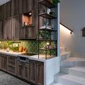 """<p class=""""Normal""""> Nhà bếp được thiết kế hiện đại. Chủ nhà bố trí bàn ăn nhìn ra khu vườn nhỏ nhằm tạo cảm giác ấm úng, ngọt ngào và gần gũi với thiên nhiên.</p>"""
