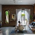 <p> Phòng khách được bài trí tự nhiên, không gò bó. Nội thất trẻ trung, hiện đại phù hợp với gia đình trẻ.</p>