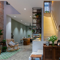 <p> Phía sau phòng phòng khách là phòng bếp và cầu thang.</p>