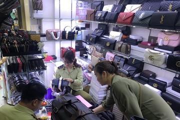 Thu giữ hàng loạt đồng hồ, túi xách giả thương hiệu nổi tiếng tại chợ Bến Thành và Sài Gòn Square