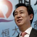"""<p class=""""Normal""""> <strong>3.<span> </span>Hui Ka Yan, Chủ tịch Evergrande Group</strong></p> <p class=""""Normal""""> Tài sản ròng 2019: 27,7 tỷ USD</p> <p class=""""Normal""""> Xếp hạng 2018: 3</p> <p class=""""Normal""""> Hui Ka Yan là Chủ tịch của Evergrande Group, một trong những tập đoàn bất động sản lớn nhất Trung Quốc với hơn 800 dự án tại 280 thành phố. Sau khi tốt nghiệp đại học năm 1982, ông Hui làm việc 10 năm tại một nhà máy thép. Năm 1996, ông cùng một số thành viên khác thành lập Evergrande Group tại Quảng Châu. (Ảnh: <em>Reuters</em>)</p>"""