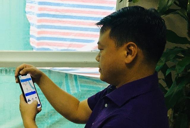 Ông Nguyễn Hòa Bình sử dụng ứng dụng FastGo, một trong những ứng dụng của Nextech. Ảnh: Lê Hải