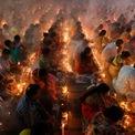 <p> Các tín đồ đạo Hindu ngồi tập trung với nhau tại một ngôi đền ở Narayanganj, Bangladesh để tham dự lễ hội ăn chay Rakher Upobash vào ngày 5/11. Ảnh: <em>Reuters</em>.</p>