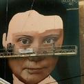 """<p> Tranh tường vẽ nhà hoạt động môi trường Greta Thunberg được chụp tại San Francisco vào ngày 9/11. Bức tranh tường cao 4 tầng với biểu cảm căng thẳng đặc trưng của nhà hoạt động nhí Greta Thunberg dự kiến khánh thành vào tuần tới. """"Greta thật tuyệt vời. Cô bé biết mình đang làm gì. Tôi hy vọng bức tranh tường này sẽ giúp mọi người nhận thức rằng chúng ta phải quan tâm tới thế giới"""", họa sĩ Argentina Andreas Iglesias, người đang hoàn thiện tác phẩm đồ sộ này, cho biết. Ảnh: <em>AP</em>.</p>"""