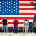 """<p class=""""Normal""""> Người dân Mỹ đi bỏ phiếu trong cuộc bầu cử giữa kỳ tại Trường Tiểu học Robious ở Midlothian, Virginia vào ngày 5/11. Kết quả kiểm phiếu sơ bộ do CNN cung cấp vào ngày 7/11 cho thấy Đảng Dân chủ đã giành đủ 218 ghế để kiểm soát Hạ viện. Tổng thống Donald Trump được cho là đã gọi điện cho bà Nancy Pelosi, lãnh đạo phe thiểu số Hạ viện, để chúc mừng việc Đảng Dân chủ đã giành được quyền kiểm soát cơ quan này.<br /><br /><span>Trước đó, ông Trump viết trên Twitter: """"Đêm nay là đêm đại thành công"""", với ngụ ý rằng Đảng Cộng hòa của ông đã thành công trong việc giữ quyền kiểm soát Thượng viện. Tuy nhiên, phe Cộng hòa đã mất thế đa số ở Hạ viện vào tay Đảng Dân chủ. Kết quả này sẽ khiến Quốc hội Mỹ chia rẽ trong hai năm còn lại trong nhiệm kỳ của ông Trump. Ảnh: </span><em>Reuters</em><span>.</span></p>"""